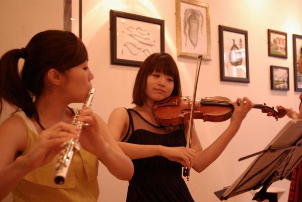 Musical accompaniment: Asuka (violin) and Kana